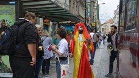 Duhová tramvaj vyzývala Pražany k bezpečnému sexu a pravidelným kontrolám na pohlavně přenosné nemoci