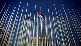 Na Kubě kdosi útočí na velvyslance z USA. Tajemným zařízením jim ničí sluch