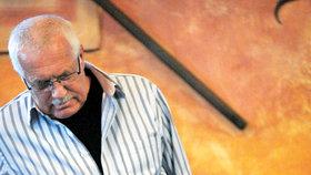 Václav Klaus starší pozoruje šachovou partii svého syna.