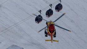 Technici zprovoznili lanovku na Mont Blancu, která se ve čtvrtek porouchala. V gondolách na francouzské straně muselo strávit noc přes 30 lidí.