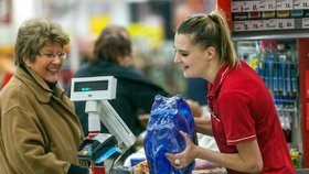 Spory o minimální mzdu: Pokladní by měla brát nejméně 18 tisíc, míní odbory