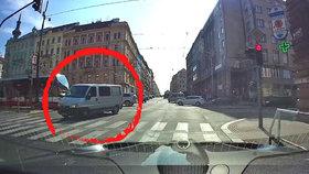 Řidič vjel na pražské magistrále do protisměru. Málem smetl tramvaj i ostatní auta