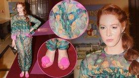Blogerka Nikol Kouklová v barevné zácloně a růžových sandálech s bambulkou!