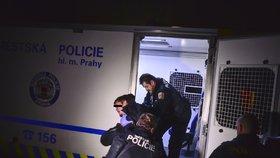 Strážníci měli napilno se zfetovanými muži: Jeden zdemoloval zařízení baru, druhý napadal záchranáře