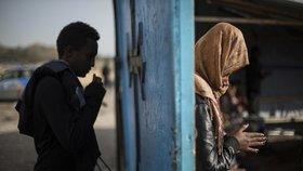 Poslední modlitba uprchlíků v improvizovaném kostele ve zrušeném táboře ve francouzském Calais