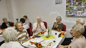 V Klubu důchodců slavili žižkovští senioři narozeniny: Nejstaršímu z nich je už 99 let