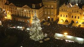 Vichr a 30 cm sněhu: Pozor na vánoční stromy na náměstích, varují meteorologové