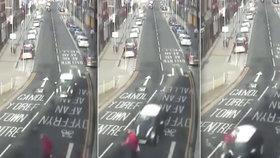 Brutální nehoda na videu: Řidič (18) si hrál s telefonem a smetl seniora (82)