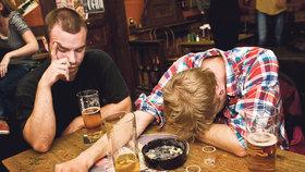 Divoký víkend v Brně: Opilec s nožem vyváděl v restauraci, čtyři chlapi napadli mladou ženu!