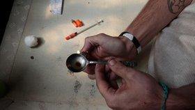 Žena v centru zkolabovala na záchodech: Těsně předtím si píchla heroin