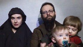 Pár unesený Tálibánem před 4 lety: Žena v zajetí porodila dvě děti, teď prosí vládu o pomoc.