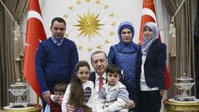 Turecký prezident Erdogan pomohl dětem v Halabu.