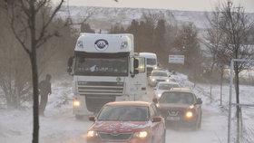 Česko pod sněhem: Sůl na silnicích nepomáhá, tvoří se jazyky