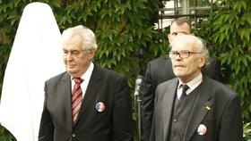 Miloš Zeman s Karlem Srpem během slavnostního odhalení busty Françoise Mitterranda v červenci 2015.
