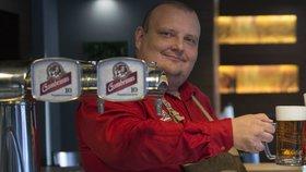 """Jak poznat správně načepované pivo? Napoví """"Péčka"""" pana výčepního!"""