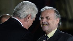 Miloš Zeman vyznamenal Karla Srpa medailí Za zásluhy