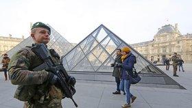 Muzeum Louvre se po útoku opět otevřelo. Egyptský terorista je v kritickém stavu