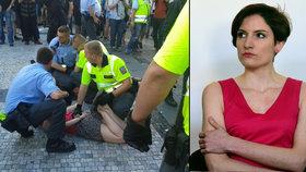 Aktivistka Kateřina Krejčová zalehnutá policisty a u soudu