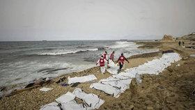 Moře vyplavilo na libyjské pobřeží těla utonulých uprchlíků.(Ilustrační foto)