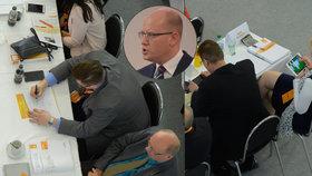 Zatímco premiér Bohuslav Sobotka plamenně řeční, delegáti sjezdu zabíjejí nudu každý po svém.