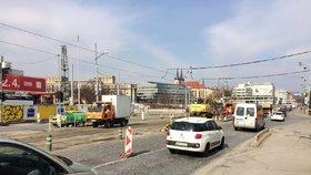 Kolony na magistrále: Dělníci stavěli novou zastávku tramvaje »Štvanice«