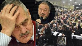 Umělec Aj Wej-Wej mluvil v Praze o uprchlících: Schwarzenberg pospával