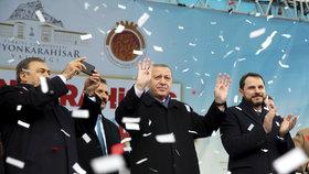 Turecký prezident Erdogan zdraví své příznivce během mítinku v tureckém městě Afyonkarahisar.