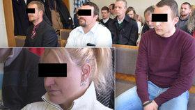 """Opilou ženu u mříží """"ukřižovali"""": Policisté odešli od soudu s podmínkou."""