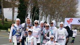 Na prvním mezinárodním maratonu v Íránu startovaly i ženy, musely ale být zahalené.