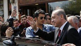 Turci si těsnou většinou odhlasovali v referendu posílení pravomocí pro prezidenta Erdogana. Systém se tu zřejmě změní z parlamentního na prezidentský.