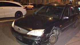 Opilý řidič (23) naboural dvě auta a ujížděl Prahou. Zastavila ho utržená guma