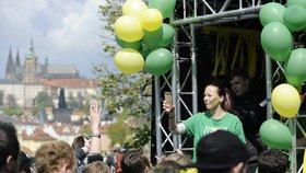 Desítky studentů slaví v pražských ulicích Majáles: Kdo se stane králem?