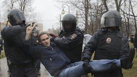 Policisté zatýkají účastníky demonstrace v Petrohradu.