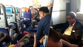 »Krev byla všude, i na stropě!« Pasažéři letu hrůzy popsali silné turbulence