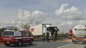 Na dálnici D11 vjel kamion do protisměru a havaroval, začaly se obousměrně tvořit kolony.