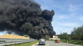 Velký požár skladu pneumatik: Nad D1 se valí hustý dým