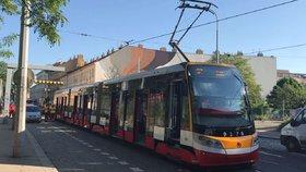 Mezi Palmovkou a Kobylisy nejezdí tramvaje: DPP kvůli poruše nasadil autobusy