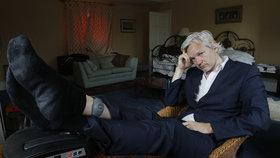 """Assange odstřihli od internetu. Na webu si pustil """"pusu na špacír"""""""