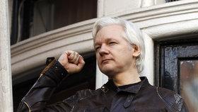 """""""Válka teprve začíná,"""" hlásal Assange z balkonu a """"kopl"""" do Evropské unie"""