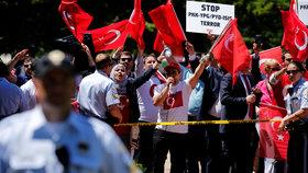 Demonstranty v USA napadla Erdoganova ochranka. Turecký prezident přihlížel