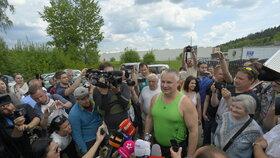 Jiří Kajínek se rázem ocitl v obležení novinářů a fanoušků.