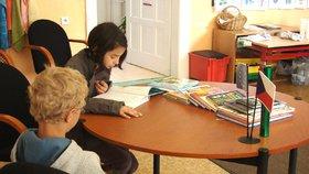 Noc s Andersenem má podpořit zájem o čtení: Děti si ve Kbelích užijí Rychlé šípy i pejska a kočičku