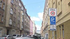 V Praze 7 rozmístí nové parkovací automaty a značky. Zatím je ale vypnou a přeškrtnou