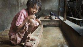 Fotografie, ze kterých mrazí! Takto beznadějně žijí mentálně postižení v Indonésii