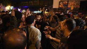 Útočníka zadržel rozzuřený dav a téměř ho zlynčoval.