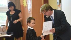 Nový ministr Štech rozdal vysvědčení prvňákům v Podbořanech. Sám tu studoval