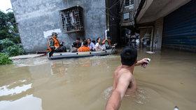 Ničivé záplavy zabily už 15 lidí, další po bouřkách v Číně zmizeli