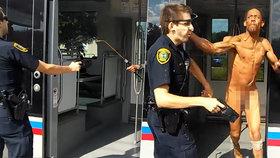 Naháč zaútočil sprejem na brouky na policistu, pak mu vlepil facku. Dostal zásah taserem