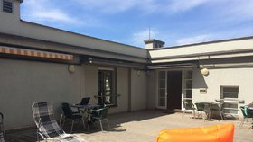 Knihovna v Korunní otevřela terasu: Krásný výhled, wi-fi a pohodlná lehátka