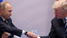 Ruský prezident Vladimir Putin (vlevo) a americký prezident Donald Trump se setkali na okraj summitu G20 (7. 7. 2017).